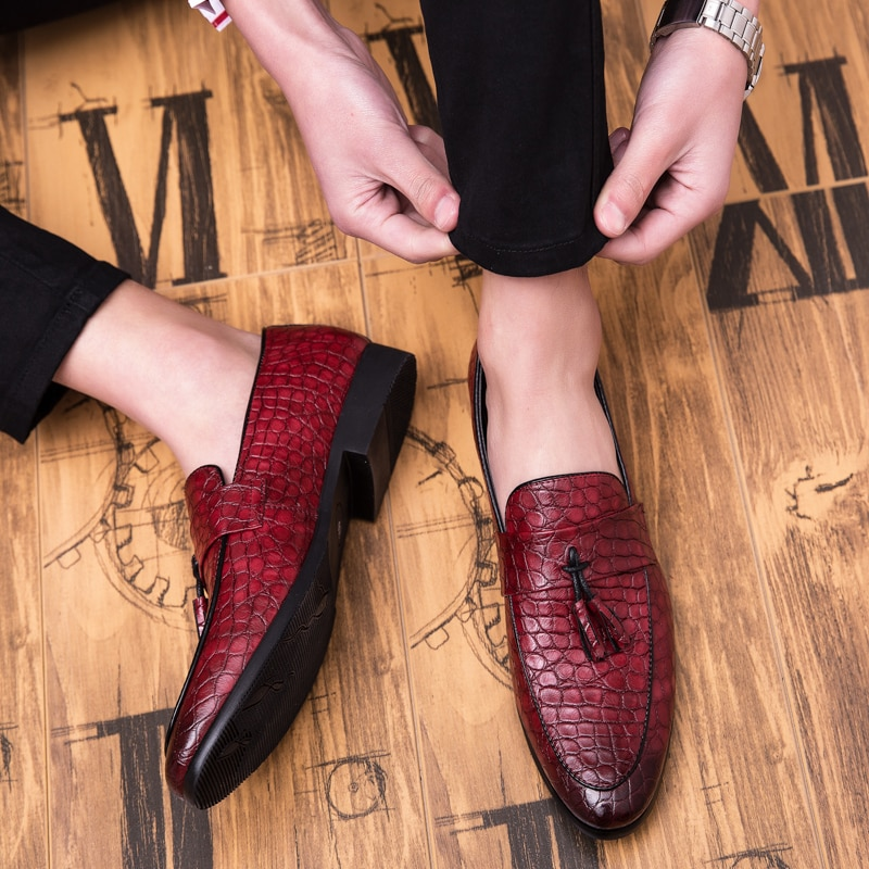 2020 Four Seasons Pointed Men Formal Business Brogue Shoes Luxury Men's Dress Shoes Male Casual Leather Wedding Party Loafers